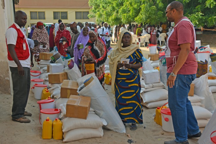 Maiduguri, Nigeria. Displaced women who lost everything due to the conflict in Borno state and who were living in extremely difficult situations step forward to pick emergency supplies from the ICRC and the Nigerian Red Cross. [CC BY-NC-ND / ICRC / A. Shaffa]