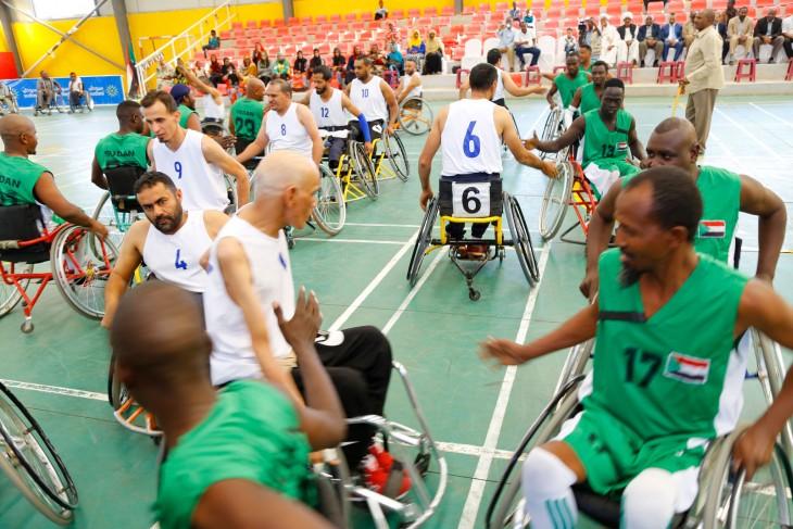 لاعبو الفريقين السوداني والليبي لكرة السلة على الكراسي المتحركة وهم يتبادلون التحية قبل بداية المباراة.  CC BY-NC-ND / ICRC / Yousif Mohammed Wasaw