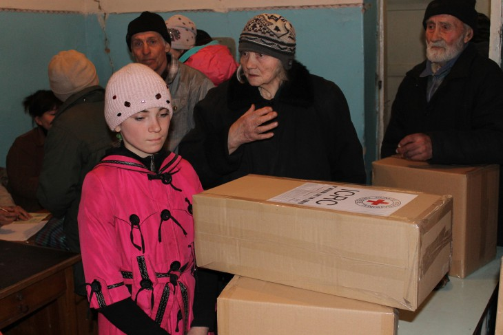 Donetskiy, Ukraine. Residents collect emergency supplies from the ICRC.