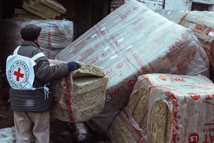 Ukraine. An ICRC employee offloads a consignment of insulation that will be used to repair buildings damaged by fighting.