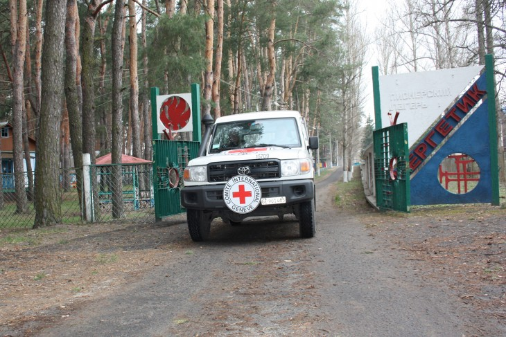 The ICRC visitors leave the summer camp where the displaced engineers are living.