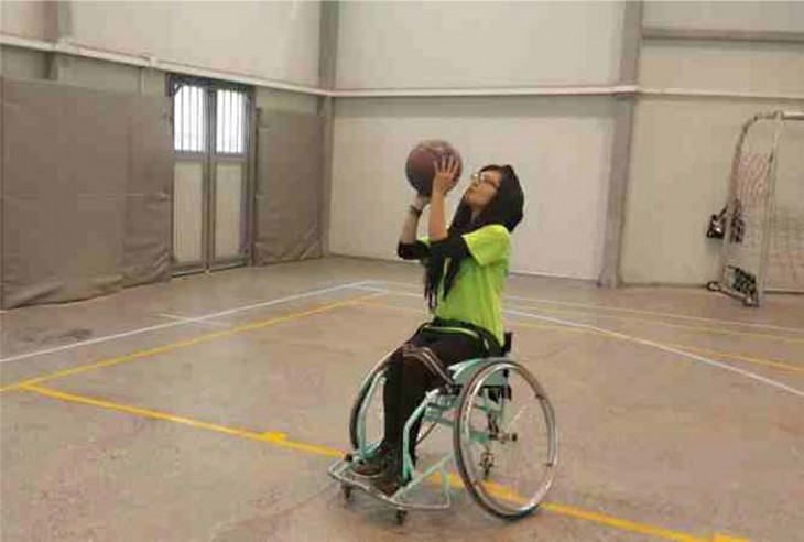 Nilofar practices wheelchair basketball at the ICRC orthopaedic centre in Kabul.