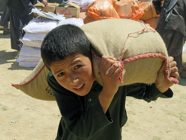 Muhammad Jawed collects a sack of food from the ICRC.
