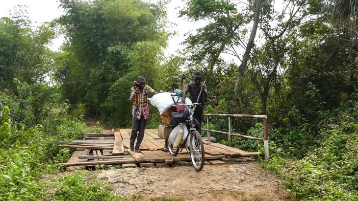 يقطع جوزيف رحلة تستغرق 3 أيام من كانانغا إلى تشيبو. PHOTO: CAROL LUMINGU