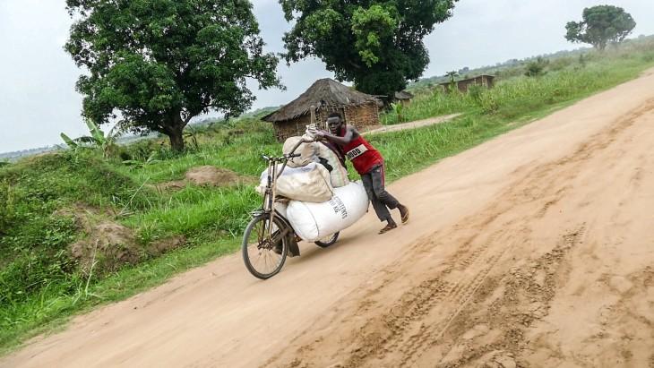 صاحب متجر يسافر على دراجته بين قرى المنطقة. PHOTO: JONATHAN BUSASI, ICRC